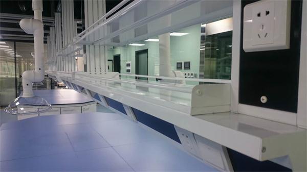 未名实验室开发的悬桥服务柱系统,可将实验室内的供水,电路均从天花