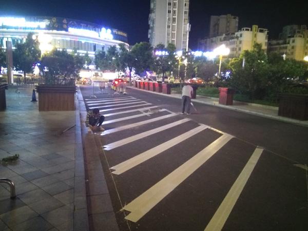 苏宁广场非机动车位标线施